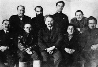 1927. Μέλη της Αντιπολίτευσης. Καθιστοί: Σερεμπριάκοφ, Ράντεκ, Τρότσκι, Μπογκουσλάβσκι, Πρεομπραζένσκι. Όρθιοι: Ρακόφσκι, Ντρόμπνις, Μπελομπορόντοφ, Σοσνόφσκι