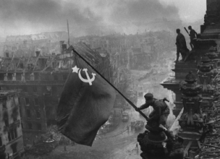 Βερολίνο-2 Μάη 1945. Η κόκκινη σημαία με το σφυροδρέπανο πάνω στο Ράιχσταγκ