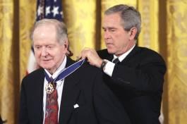 O Conquest τιμάται από τον George W. Bush